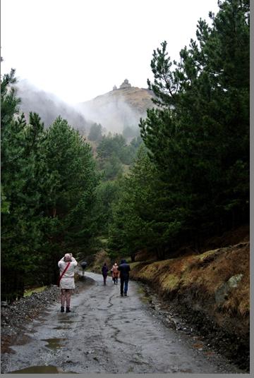Подъем к монастырю Самеба (600м по вертикали, 4км по серпантину).