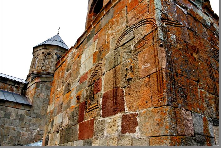 Замшелые стены Самебы.